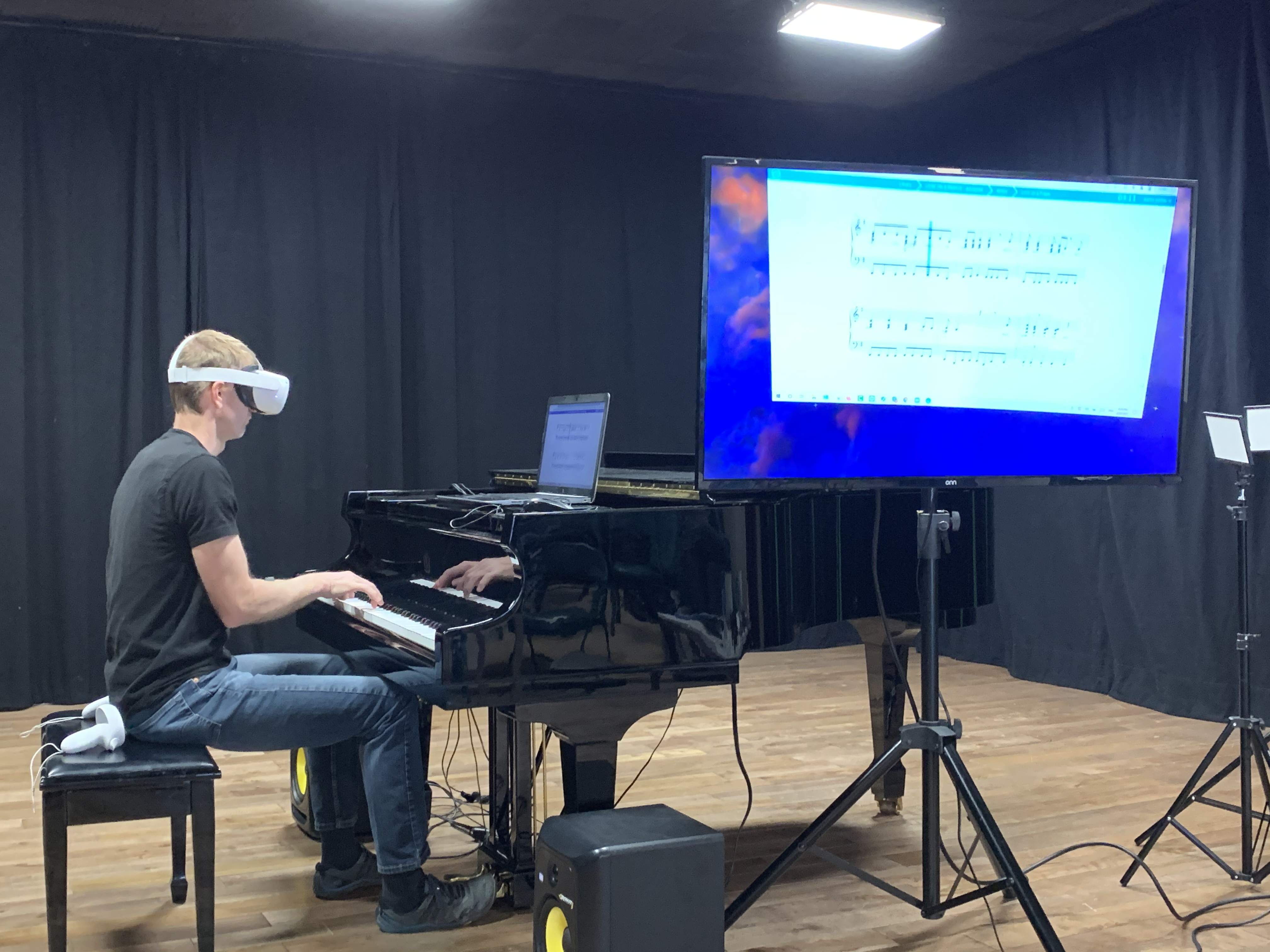 Aaron Playing Piano with Oculus Quest 2 on TV